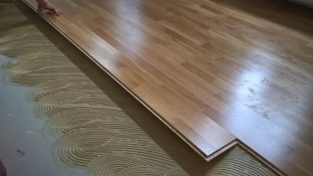 A cég profi laminált padló lerakással foglalkozik.
