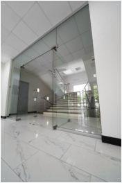 A Dualglass Kft. elérhető árakon kínál üvegfalakhoz, zuhanykabinokhoz használatos üveg szerelvényeket.
