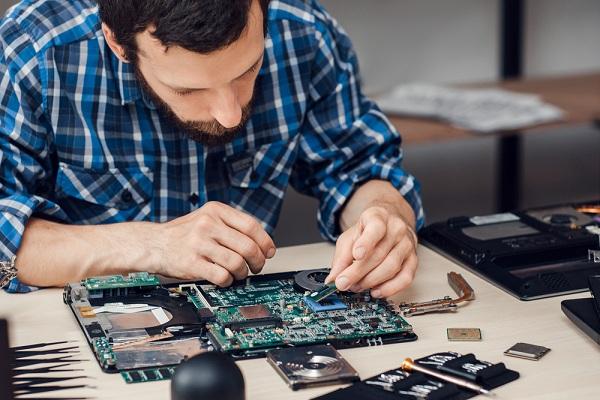 Számítógép alkatrészeket szerelünk be igény szerint.