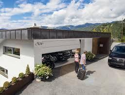 Egyszerűen nyitható és zárható szekcionált garázskapu.